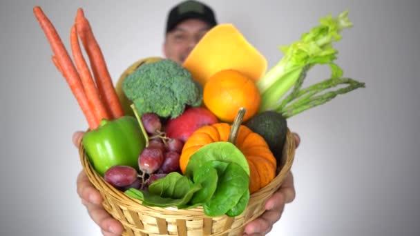Portrét zemědělec muž Holding koš čerstvé organické plody Zdravá přírodní zelenina