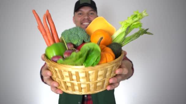 Usmívající se Sedlák muž držení čerstvé organické ovoce zelenina košík zavřít na výšku