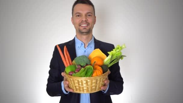 Portrét obchodník čerstvé organické plody Zdravá přírodní zelenina košík