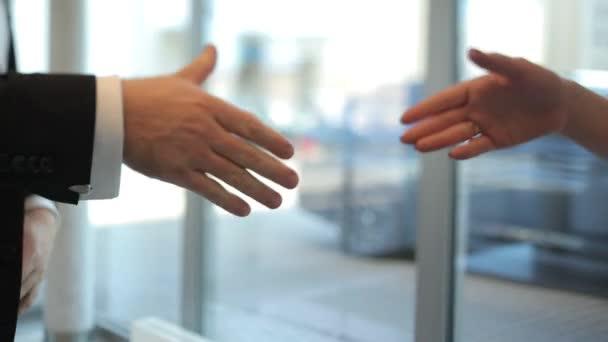 obchodník a žena si potřásají rukama. Detailní záběr obchodníků, jak si potřásají rukama. obchodní pár třesoucí se ruce v kanceláři.