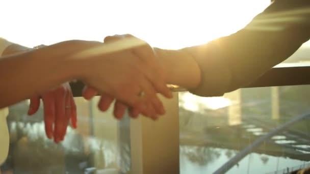 obchodník a žena si potřásají rukama. Detailní záběr na obchodníky potřásající si rukou.