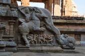 Zábradlí, ukazující vojáka na koni mytické stvoření, severozápadní mandapa, Airavatesvara chrám, Darasuram, Tamil Nadu, Indie