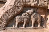 Býk a slon postavy na zábradlí, Severní vchod do Nataraja mandapa, Airavatesvara chrámového komplexu, Darasuram, Tamil Nadu, Indie