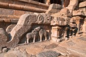 Motivy na zábradlí, Severní vchod do Nataraja mandapa, Airavatesvara chrámového komplexu, Darasuram, Tamil Nadu, Indie
