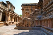 Sloní zábradlí, Severní vchod, Frenky svatyně, Brihadisvara chrámového komplexu, Tanjore, Tamil Nadu, Indie