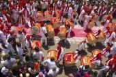 Pune, Indie, září 2015, lidé na Ganesh festival procesí během festivalu Ganesh