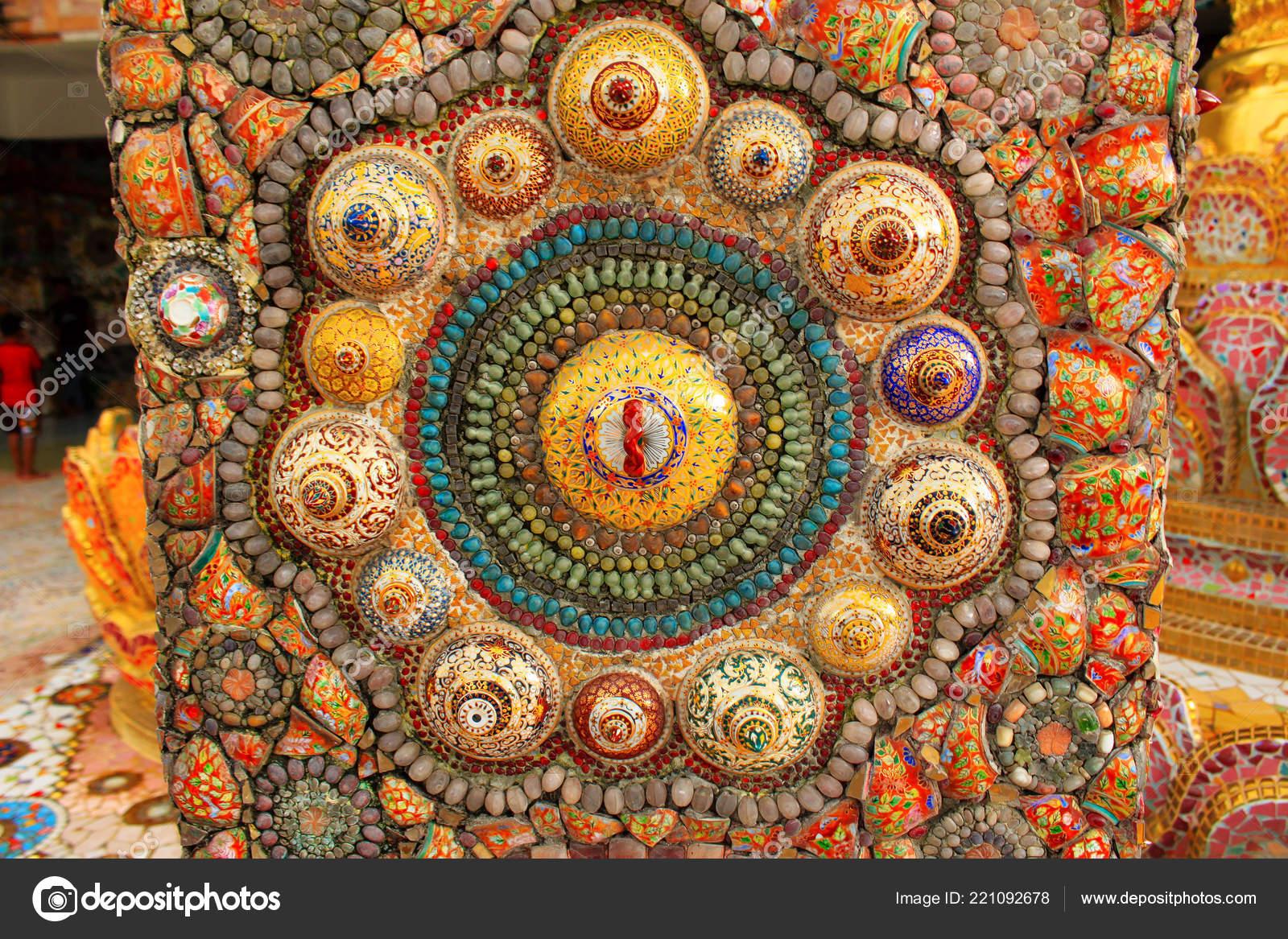 Superfici tempio sono coperte con piastrelle mosaico milioni cocci