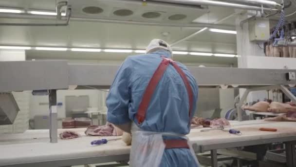 Muž pracuje na maso druhy masa. 4k