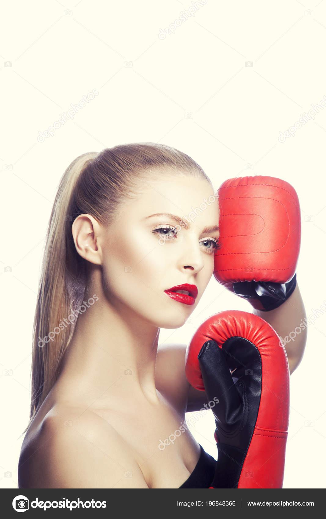 Блондинка в красных перчатках давно
