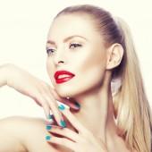 Fotografie Portrét ženy s červenými rty a modrý lak na nehty