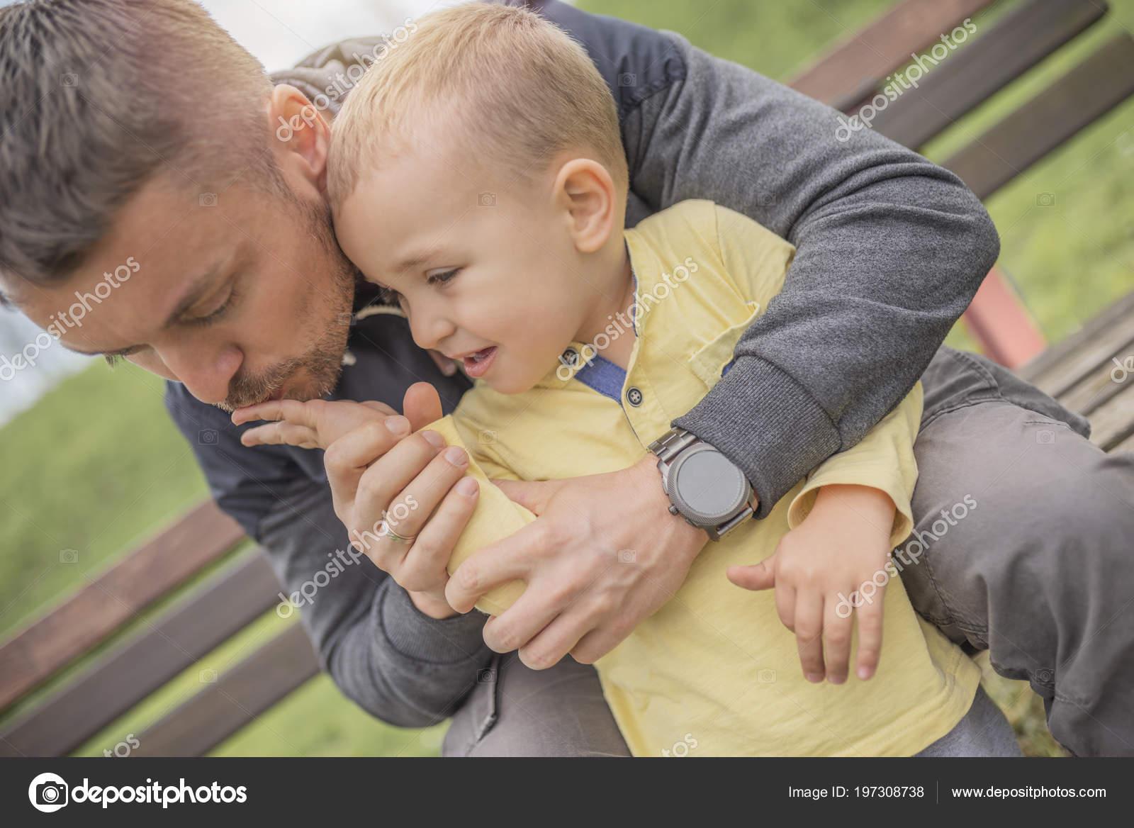 Сын сосает отца, Отец делает минет своему сыну 24 фотография