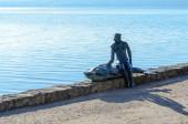 Frau mit Fisch-Statue 1