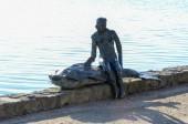 Frau mit Fischstatue 2