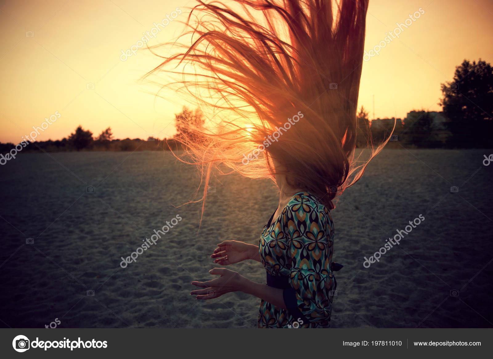 Krásy romantické yong dívka vlny vlasy shodí venku. Krásné dospívající  model dívka v neformální oblečení na hřišti ve světle slunce. Foukání  dlouhé vlasy. c4084013638