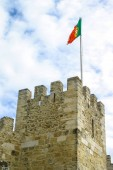 Portugál zászló integet a torony a Sao Jorge vártól. Lisszabon, Portugália