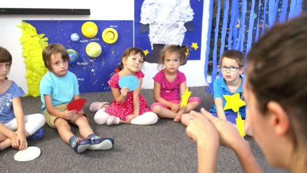 Pedagog, obklopen děti ve školce s ponaučením