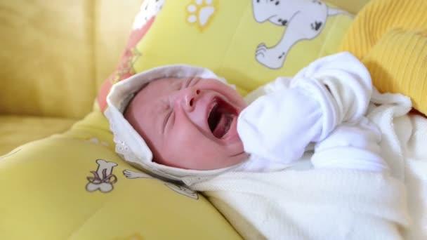 Novorozené dítě pláče na mateřství
