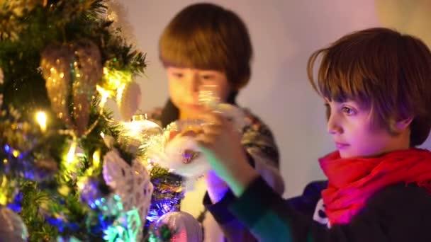 Süße kleine Jungs Vorbereitungen für Weihnachten, Weihnachtsbaum schmücken