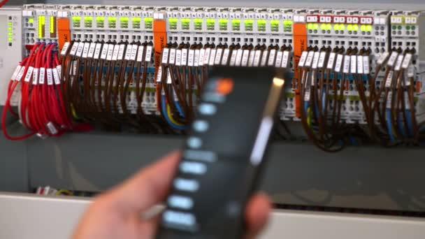 Elektriker eine intelligente Schalttafel mit einer Smartphone-Anwendung testen