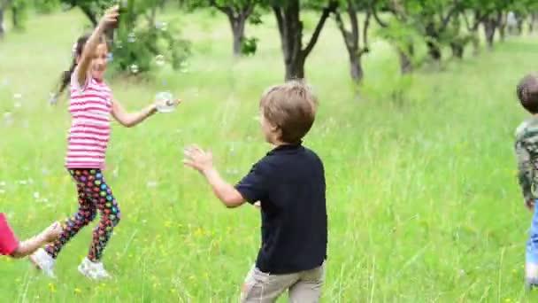 Rodiče s dětmi s balónkem bublina v byl sad