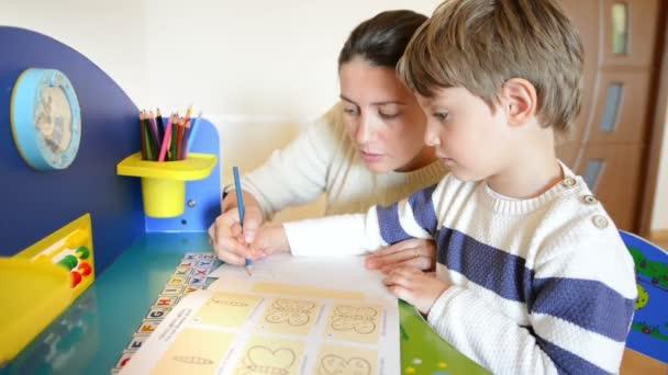 Anya, segítve őt a gyerek, hogy a rajzok egy pillangó