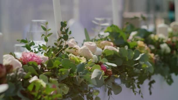svatební stůl s dekoracemi