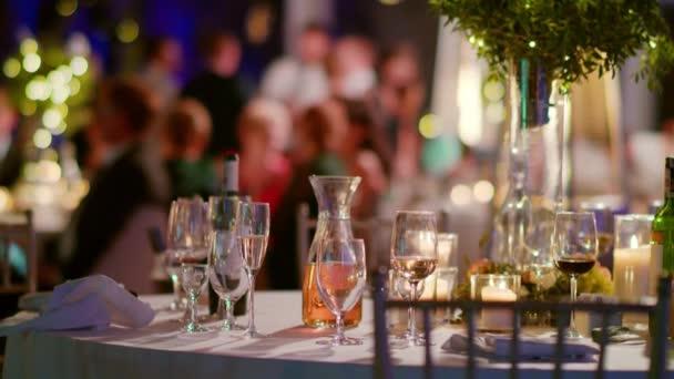 Brýle a dekorace na svatební stůl