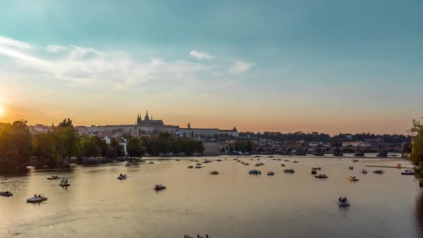 Karlův most Praha a Vltava řeka s, lodě, Praha hrad a lidé / Time Lapse Video 4k