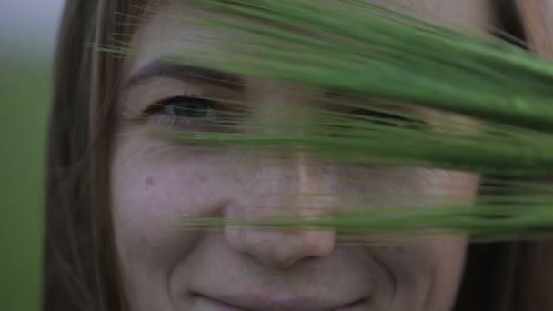 nő barna haj tartja zöld tüskék közel szemek
