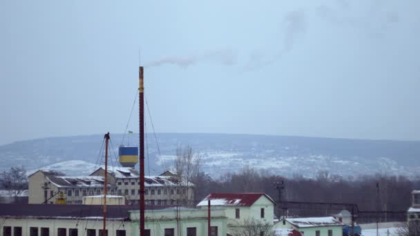 Bílý kouř z komína tepelné energie stationboiler místnost, tepelné elektrárny, letecký průzkum, bílý kouř proti modré obloze, velmi studené