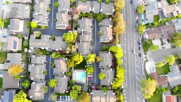 A tavaszi lakóházak légi nézete. Amerikai környéken, külvárosában. Ingatlan, drone lövések, naplemente, napfény, felülről. Visszalépés