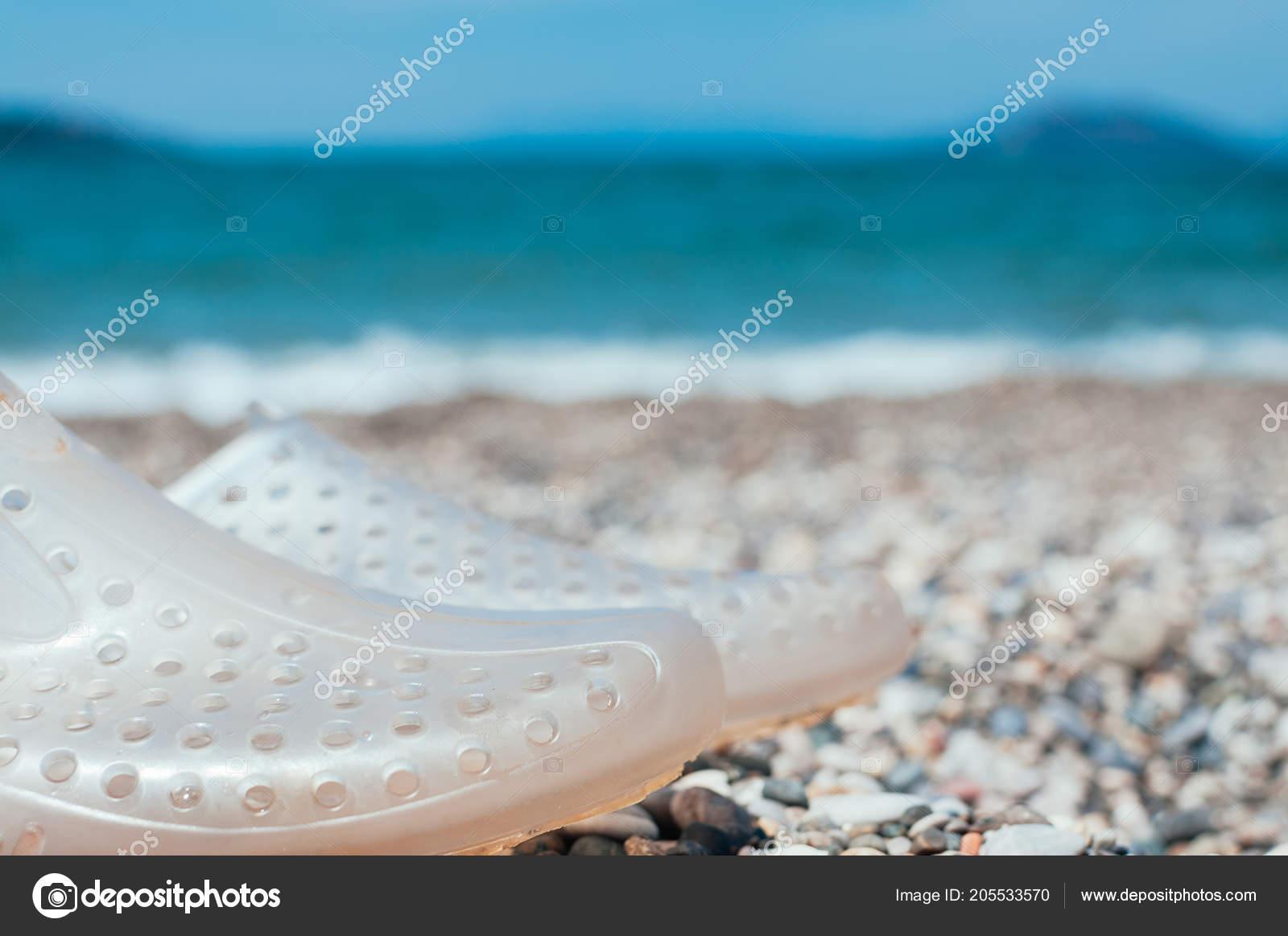 Paire Chaussures Piscine Transparent Sur Eau Mer Plage Turquoise ...