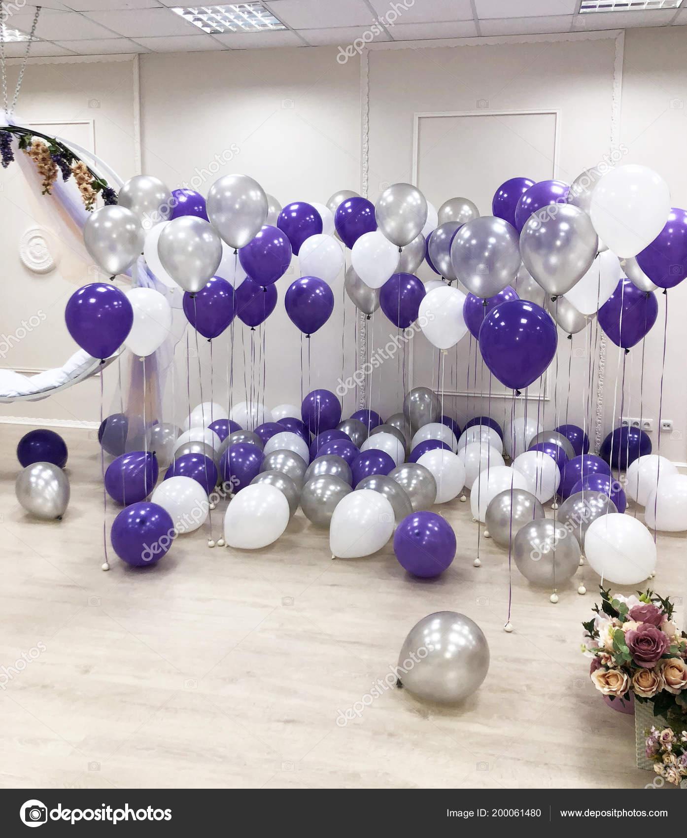 studio photo décoré avec des ballons hélium blanc argent violet