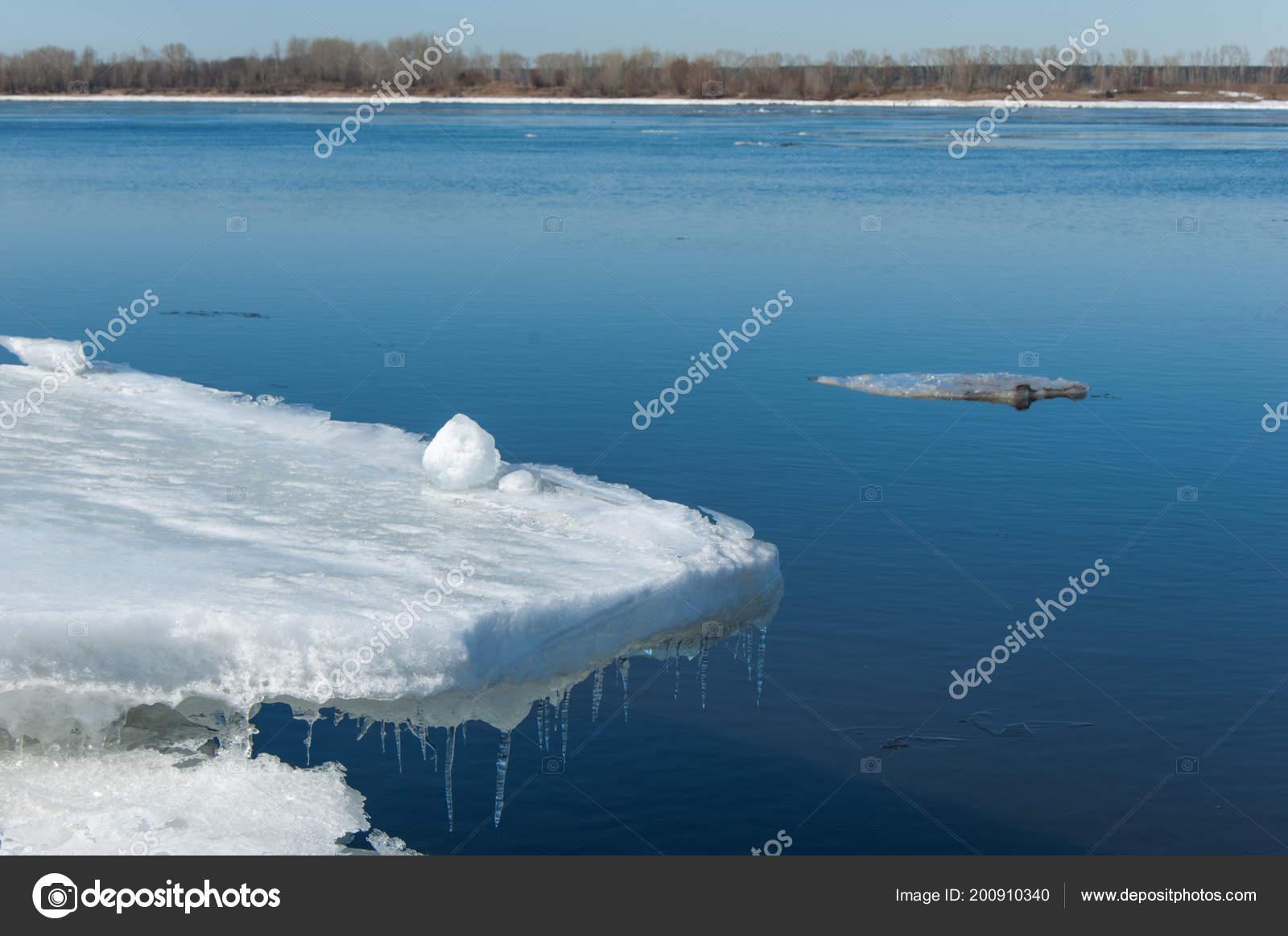 春の洪水 氷の水 川の春の早期 ...