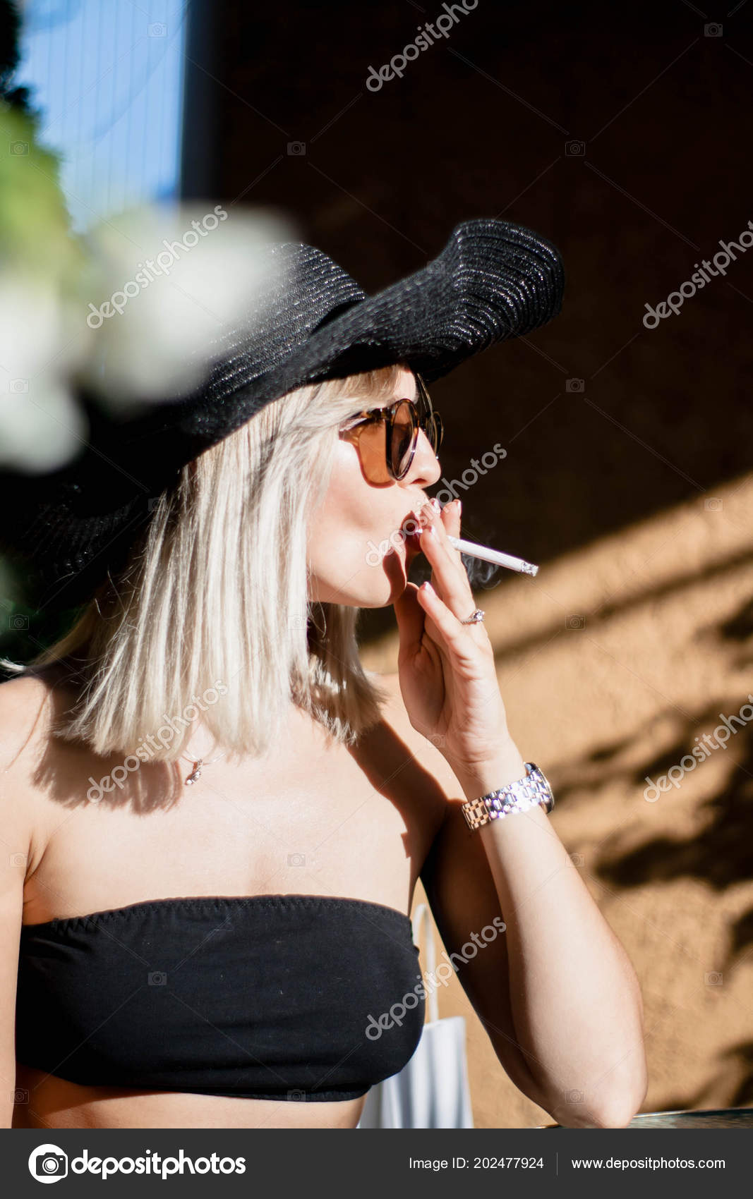 Krásná blondýna kouření
