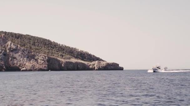 jacht és csónak vitorlázás a Földközi-tengeren egy napsütéses napon