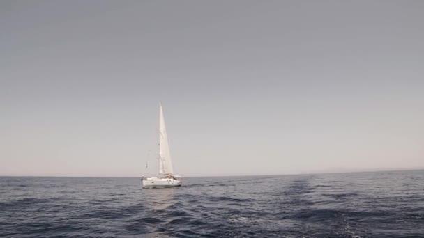 jacht vitorlázás a Földközi-tengeren egy napsütéses napon