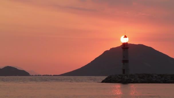 Seelandschaft bei Sonnenuntergang. Leuchtturm an der Küste