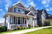 Fotografie Schöne neue zeitgenössische s Häuser mit bunten Sommergärten in einer kanadischen Nachbarschaft.