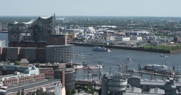Blick auf den zentralen Teil von Hamburg und Elbphilharmonie, ein Konzertsaal im Stadtteil HafenCity Hamburg vom Glockenturm der Kirche von St. Michael. Deutschland