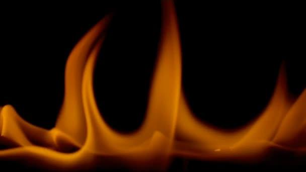 Zářivě oranžové plameny na černém pozadí