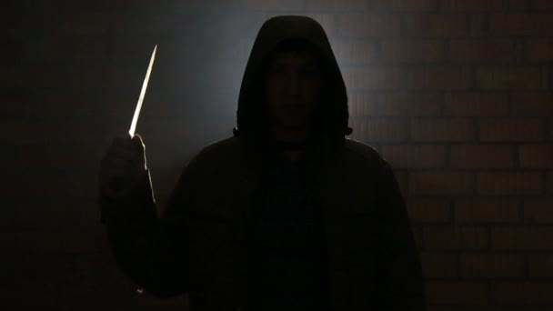 Maniac hob seine Hand mit einem Messer wartet auf sein Opfer Hd