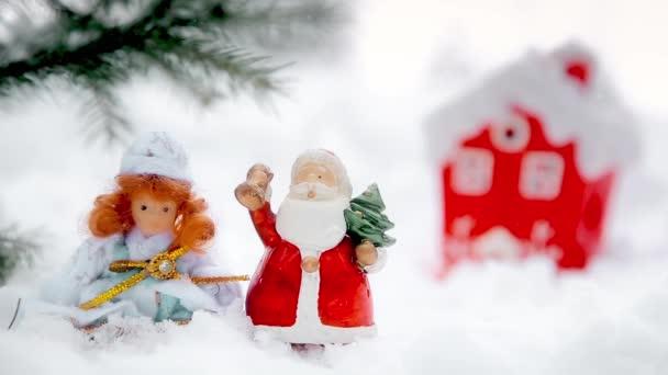 Karácsonyi díszek a természet, a Mikulás és a snow Maiden a karácsonyfa közelében