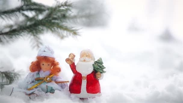 A Mikulás és a hó leánykori jellegű játékokkal a karácsonyi díszek