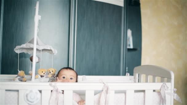 Malé dítě stojící v posteli s bradavku do pusy Hd