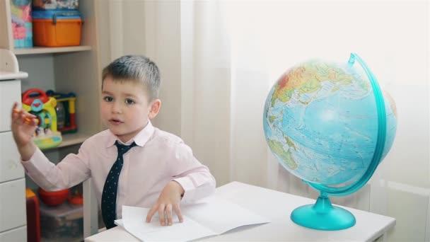 Malý chlapec se nechce učit se a studovat mapu světa Hd 1080