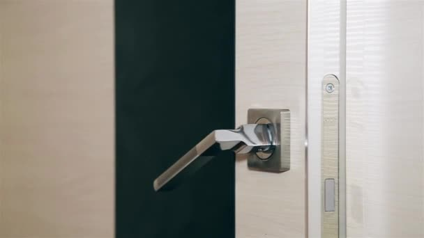 A mans ruka otevírá ocelové kovové dveře Hd 1920 × 1080