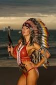 sexy indisches Mädchen mit traditioneller Kriegsmütze