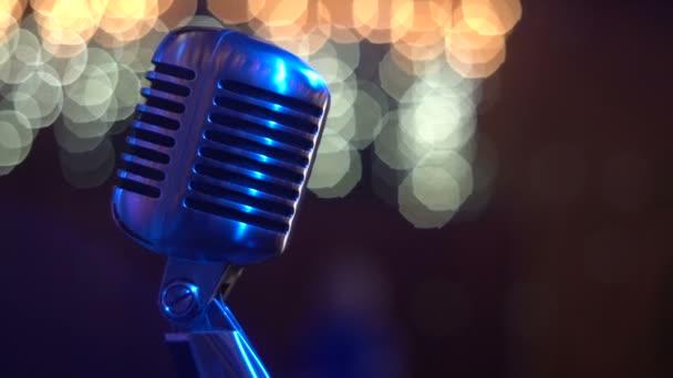 Retro énekel a mikrofon