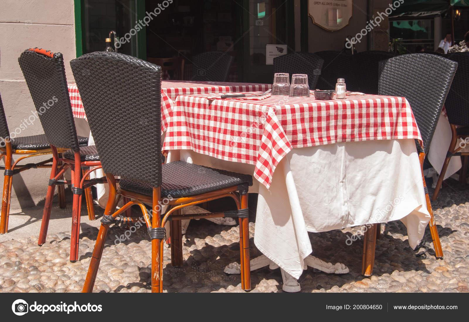 Tovaglia Per Tavolo Esterno.Tavola Apparecchiata Con Tovaglia Quadretti Bianco Rosso All Esterno